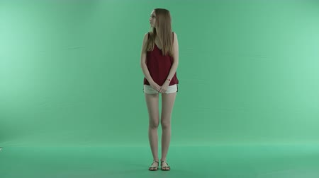 bekleme : beautiful girl waiting for someone on a green screen