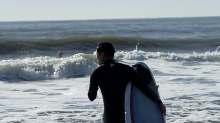 maravilhoso : Surfers on blue waves of the Pacific ocean Stock Footage
