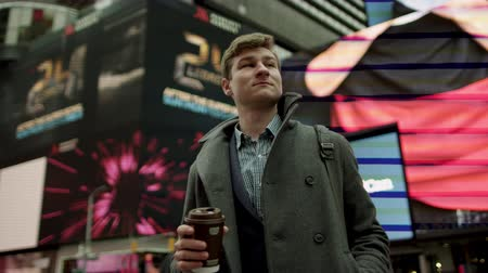 кружка : Walking with a cup of tea on Times Square Стоковые видеозаписи