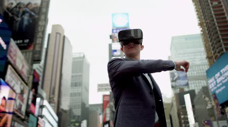 valóság : Young man with virtual reality headset on a street of New York
