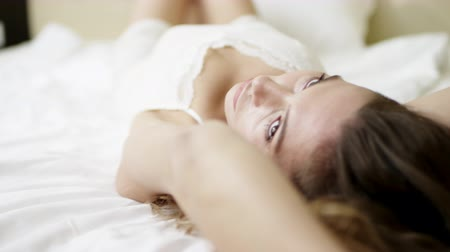 hazugság : Woman lying in sexy pose on bed