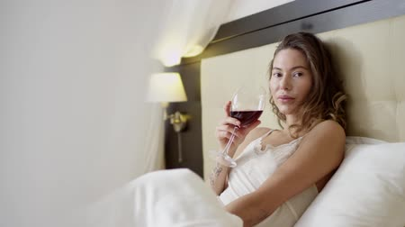 hazugság : Woman drinks wine on bed