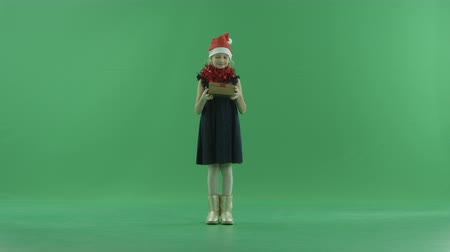 chapéu : Cute little girl in Christmas hat got an empty Xmas present, chroma key on background
