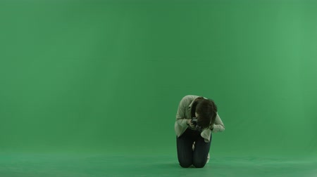 bluntly : Sitting young woman is taking macro photos on the green screen Stock Footage