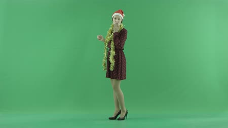 espectador : A young Christmas woman sends air kisses to the viewer on the green screen