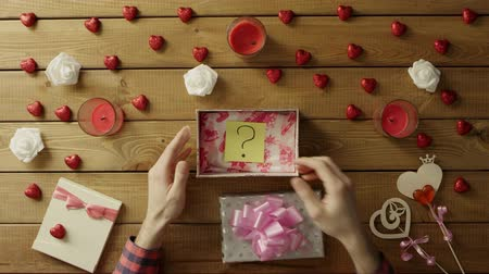 yapışkan : Amazed man gets sticky note with question mark as holiday gift, top view Stok Video