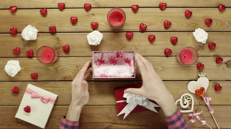 minimalizm : Man gets empty present box as valentine day gift, top view Stok Video