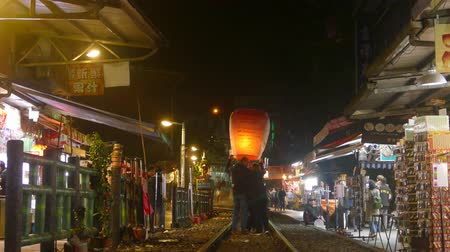 yeepeng : New Taipei City, Taiwan - 14 Feb, 2019 : Pingxi, Jingtong, Xinbei City, attracts tourists to the sky lanterns around the annual Lantern Festival Stock Footage