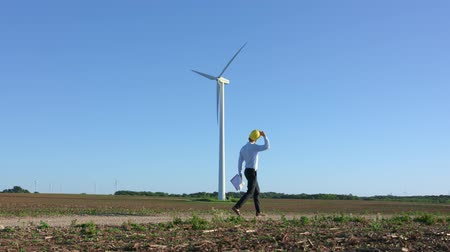 parque eólico : Engineer goes against the background of windmills