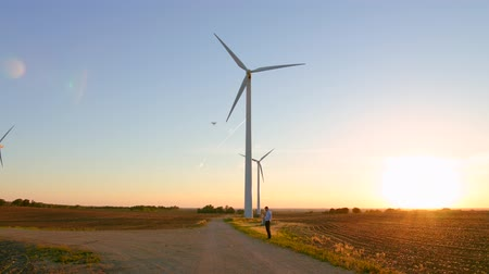 parafusos : The guy starts the drone against the background of the windmills. Vídeos
