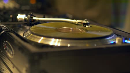 царапина : Close up of vinyl disk on the modern turntable. Blured background.