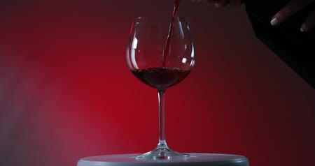 şarap kadehi : Red Wine Pouring Down into the winelass by waiter
