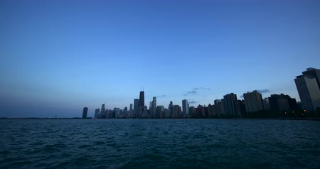 Chicago skyline. Chicago downtown skyline at dusk. Tinelaps of Chicago City. Stok Video