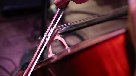 cselló : man plays cello. closeup