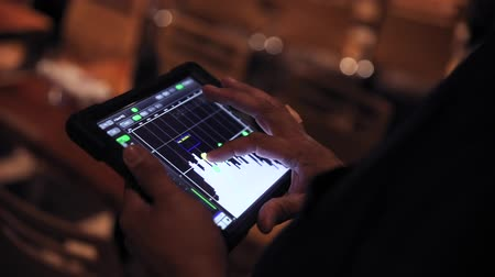 hangoló : Event tuner controlling sound from tablet Stock mozgókép
