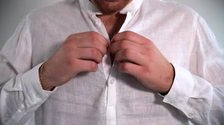 хронометр : Man shirt buttons. Man butonning his shirt