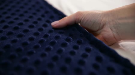 bijuteria : Female hand touching soft and clean blue bubble blanket Vídeos