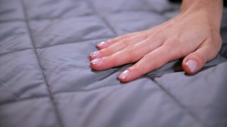bijuteria : Female hand touching soft and clean grey blanket. Vídeos