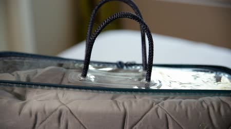 材料 : Grey blanket in silicone bag isolated.