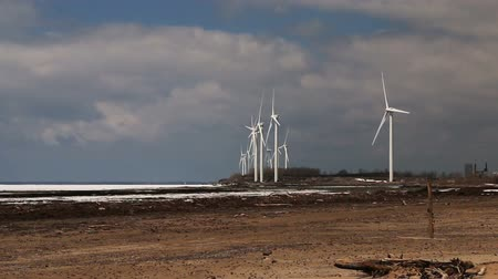 sustentável : Wind Turbines Over A Frozen Lake. Time-Lapse.
