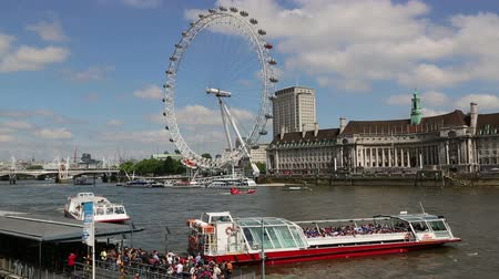 kerék : London Eye with sight seeing boat