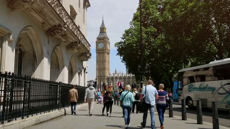 londra : Big Ben London with tourists and traffic