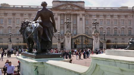 londyn : Buckingham Palace gates London with tourists