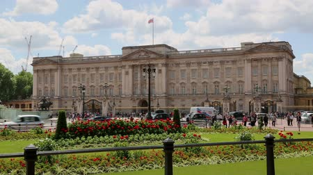 londyn : Buckingham Palace London with traffic and flowers
