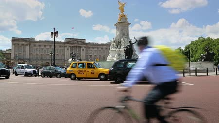 londyn : Buckingham Palace London with Taxi cabs and traffic