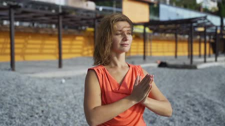 milost : Girl near the sea doing yoga on a beach at sunrise Dostupné videozáznamy
