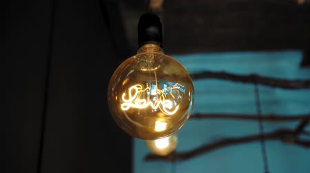 filaman : Large round decorative lamp with filament incandescent in the form of the inscription love Stok Video