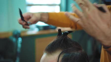 navalha : Hair cut on the head with hands in the hairdresser s salon