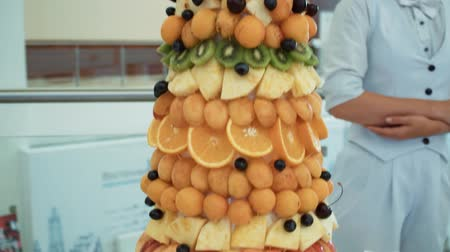 estilizado : Pyramid of tropical fresh fruit standing on the table close-up