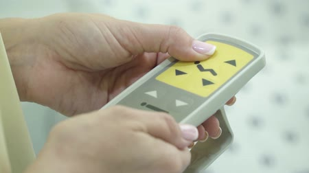 ayarlanabilir : Women s hand presses buttons on remote to adjust hospital bed position