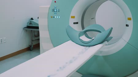 resonantie : Room with white magnetic resonance tomography for examination of the human body close-up