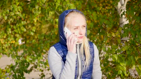 reen : girl talking on the phone Stock Footage