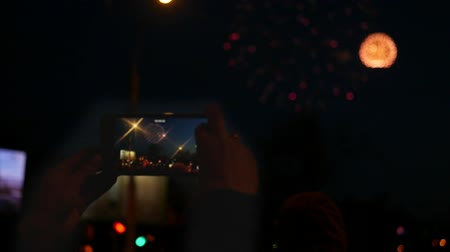 atirar : Shoot a beautiful holiday firework on the phone. Slow motion. 1920x1080.