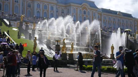 luxe : 06 19 2012 St. Petersburg, Peterhof, golden fountains of the park, with a lot of people and tourists. slow motion. 1920x1080. full hd Stock Footage
