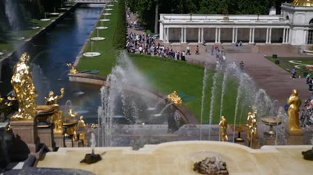 luxe : 06 19 2012 St. Petersburg, Peterhof, golden fountains of the park, with a lot of people and tourists. Many tourists. slow motion. 1920x1080. full hd