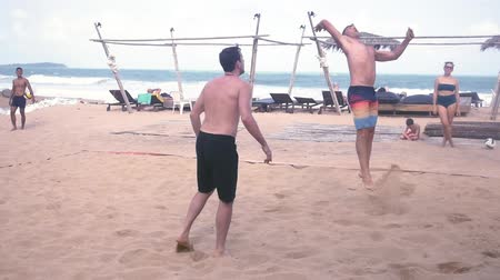 залп : Men play beach volleyball, fold, attack and fall into the net. slow motion. 1920x1080. full hd