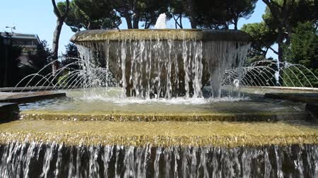 reneszánsz : TIVOLI, ITALY - AUGUST 2018: Jets of water flow from the fountain at Villa Deste in Tivoli, part of the UNESCO heritage