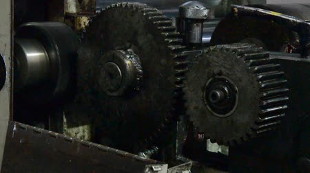 винтиками : Large gears in oil on an industrial machine