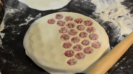 esculpir : Cook kneads dough on dumplings with minced meat