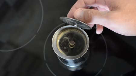 grãos de café : offee is brewed in a geyser coffee maker on an induction cooker