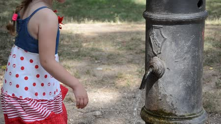su tesisatı : Girl drinking water from the drinking fountain