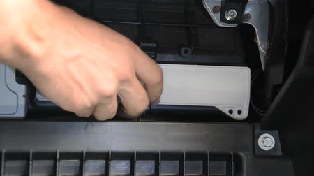 fülke : Car repair wizard changes cabin filter in car Stock mozgókép