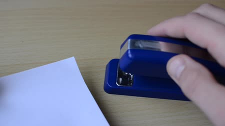 скрепки : Office stapler staples sheets of paper Стоковые видеозаписи