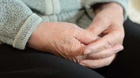 armen over elkaar : Wrinkled hands of an old woman Stockvideo
