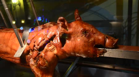 kaczki : Grilled little pig on a spit Wideo