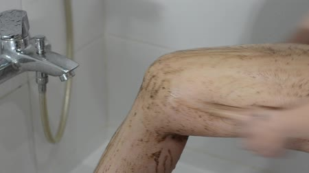 grãos de café : Young charming sexy girl makes coffee foot scrub in the bathroom